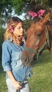 Tini que lindo caballo va bien con tu conjunnto