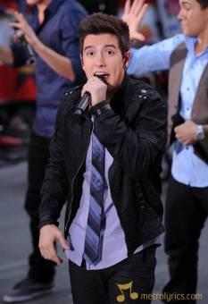 Logan es una triple amenaza, canta baila y actua