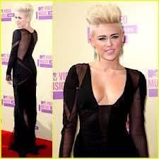 Miley es mas elegante que selena