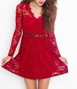 Los vestidos de encaje se llevan mucho este año. Prueba rojo, rosa, negro, azul,etc. Y si quieres destacar ponte colores llamativos, como los colores fluorescentes.