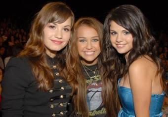 Porque tienen a otra amiga (Demi Lovato) que también es bellísima