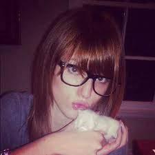 Anabella Con Gafas De Nerd