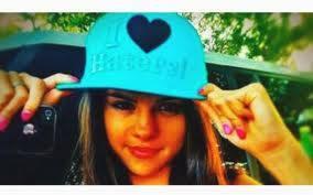 Selena Es mas cool con gorra