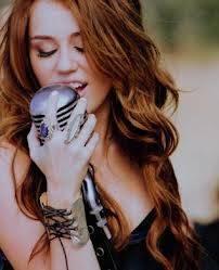 Miley Se Ve Mejor Con El Microfono
