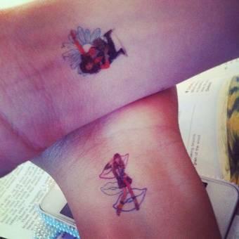 son tan grandes amigas  que se isieron tatuajes zendaya se dibujo a a bella en su muñeca, y bella tanbien iso los mismo