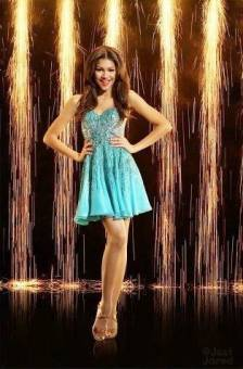por ser super cantante, actriz, y bailarina